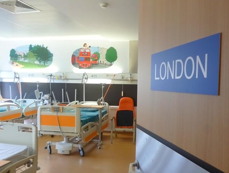 Une aventure amusante pour les enfants sur les murs de l'hôpital